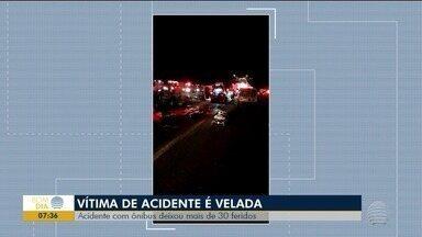 Velório de adolescente morto em acidente com ônibus é realizado em Primavera - Veículo universitário tombou em alça de acesso, em Regente Feijó.