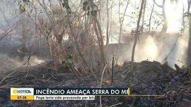 Incêndio atinge vegetação às margens da BR-365 - Fogo se alastrou rapidamente sentido à Serra do Mel e chegou a atrapalhar o trânsito na rodovia; bombeiros, brigadistas da Copasa e do Instituto Estadual de Floresta ajudaram no combate.