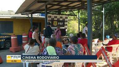 PRF promove 'Cinema Rodoviário' para condutores e passageiros em Santarém - A ação é para educar sobre o trânsito através de vídeos e palestras, para assim prevenir acidentes por imprudência de condutores.