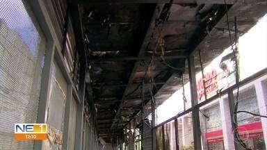 Local onde ônibus pegou fogo no Recife recebe perícia do Instituto de Criminalística - Incêndio aconteceu na Avenida Conde da Boa Vista e atingiu também uma estação de BRT.