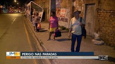 População reclama da falta de segurança em transportes coletivos de São Luís - Para tentar escapar da ação de bandidos, muita gente anda em grupos para se proteger.