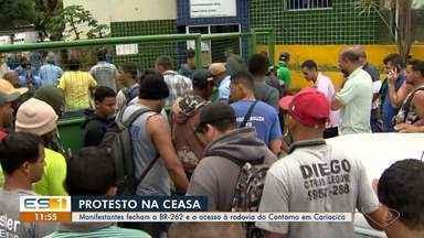 Produtores, lojistas e compradores protestam contra as mudanças na Ceasa, em Cariacica, ES - Um protesto fechou a BR 262 e também o trevo que dá acesso a Rodovia do Contorno na BR 101 na manhã desta quinta-feira (15).
