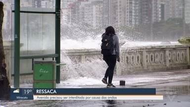 Avenida da orla da praia de Santos, SP, é interditada devido a forte ressaca - Alta da maré trouxe prejuízos para Ponta da Praia.