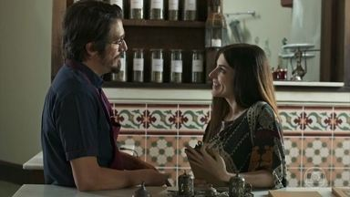 Muna parabeniza Faruq por seu novo emprego como médico - Ali e Sara avisam que Mamed sumiu