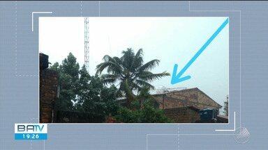 Barraca é destelhada e torre cai sobre casa após chuva em Belmonte - Temporal atinge a cidade desde a manhã desta quinta-feira (15).