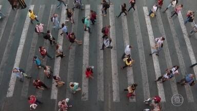 Número de brasileiros à procura de emprego há mais de dois anos é recorde - Pesquisa sobre desemprego no segundo trimestre mostra ainda que a renda caiu, apesar do aumento na oferta de vagas.