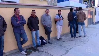 """Centenas de pessoas vão para fila falsa de emprego em Niterói, região metropolitana do Rio - As pessoas foram atraídas por um áudio compartilhado nas redes sociais, que prometia """"muitos empregos"""", mas a mensagem era falsa."""