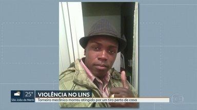 Torneiro mecânico morre atingido por bala perdida no Complexo do Lins - Parentes de José Luiz Oliveira disseram que o torneiro mecânico estava chegando em casa na noite desta sexta-feira (16) quando foi atingido por um tiro.