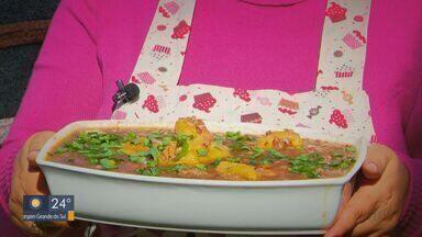 Prato Fácil: Fernando Kassab ensina receita de arroz vermelho com galinha - Confira passo a passo.