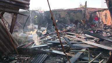 Incêndio atinge casas na Vila Liberdade, Zona Norte de Porto Alegre - Conforme bombeiros, fogo atingiu de três a quatro residências, por volta das 6h30. Ainda não se sabe o que causou as chamas. Não há relatos de feridos.