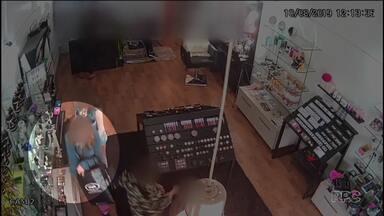 Grupo de mulheres é flagrado por câmeras de segurança furtando cosméticos - Elas entraram em uma loja de Francisco Beltrão.