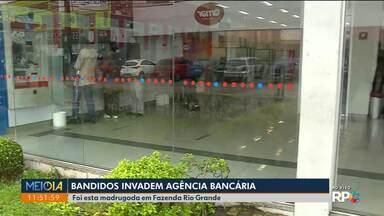 Bandidos invadem agência bancária em Fazenda Rio Grande - Esta não é a primeira vez que a agência é alvo dos ladrões.