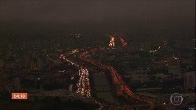 Dia vira 'noite' em SP nesta segunda-feira (19) e deixa paulistanos surpresos - Quem é de São Paulo, certamente percebeu que a noite começou bem mais cedo nesta segunda-feira. Por volta das 15h, horário de Brasília, já estava tudo escuro. Confira a previsão do tempo para todo o país nesta terça-feira.