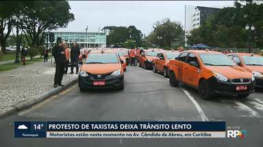 Taxistas fazem protesto em Curitiba - Eles pedem para prefeitura fiscalizar os motoristas de aplicativo
