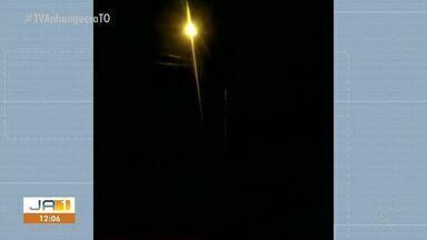 Morador reclama de luz de poste com defeito no Aureny III - Morador reclama de luz de poste com defeito no Aureny III