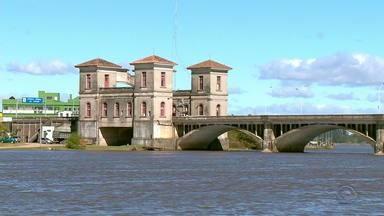 La Fronteira: conheça Jaguarão, cidade gaúcha que faz fronteira com Uruguai - Apenas uma ponte separa os países. Comércios chegam a receber pagamento tanto em real como em peso uruguaio.