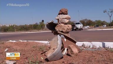 Boneco de restos de carro alerta sobre risco de acidente em cruzamento da Teotônio - Boneco de restos de carro alerta sobre risco de acidente em cruzamento da Teotônio