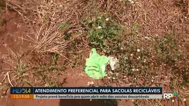 Projeto que oferecer atendimento preferencial para quer recusar sacolinhas plásticas - Um projeto da câmara de Londrina prevê o benefício para quem abrir mão das sacolas descartáveis em caixas de supermercados.