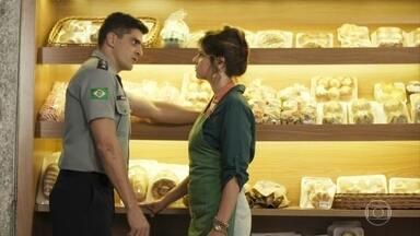 Marco insiste que Carla lhe diga o que sente com ele - Carla se sensibiliza com os questionamentos de Marco, mas se recusa a falar com o major