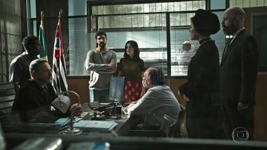 Dalila nega a acusação de Almeidinha e deixa a delegacia - Almeida garante para Jamil e Laila que ela vai responder por ter adulterado o resultado do exame