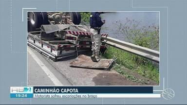Motorista de caminhão capota após perder controle de veículo em Belo Jardim - Acidente aconteceu na manhã desta terça-feira (20) na BR-232.