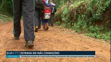 Estudantes enfrentam dificuldades para ir a escola na área rural de Pinhão - Transporte que deveria levar os estudantes até a escola muitas vezes não chega até as casas por conta das condições das estradas.