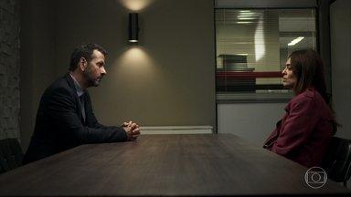 Amadeu informa a Maria que Régis está fora de perigo - Boleira questiona o advogado sobre a ausência de Jô