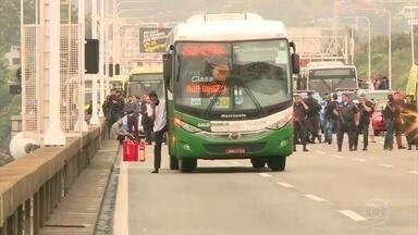 Polícia já ouviu depoimentos dos 39 reféns de sequestrador de ônibus no Rio - No vão central da Ponte Rio-Niterói, sequestrador mandou motorista atravessar ônibus na pista e ameaçou atear fogo no veículo. Reféns viveram mais de três horas de terror. O sequestrador foi morto por um atirador de elite.