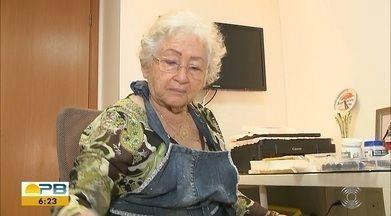 Aposentada se renova nas artes plásticas; conheça a história de Dona Carminha - Atividade veio após passar metade da vida em um único emprego.