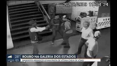 Bandidos assaltam pedestre na Galeria dos Estados - As câmeras de segurança registraram o momento em que a vítima foi abordada. Os ladrões levaram a pasta dela com jóias.