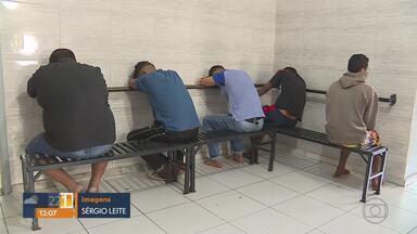 Operação em Ribeirão das Neves contra tráfico prende suspeitos - Objetivo é cortar a ligação de criminosos já presos com traficantes que ainda estão na rua. Na casa de um deles, os policiais apreenderam um pé de maconha.