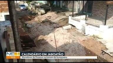 Moradores reclamam de cratera aberta em rua de Jaboatão dos Guararapes - Obra começou no local há três meses, mas foi paralisada.