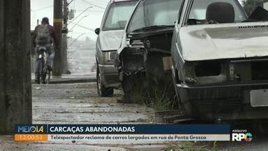 Telespectador reclama de carcaças de carros abandonadas em rua de Ponta Grossa - AMTT disse que enviará agentes ao local, nesta quarta-feira (21), para verificar a situação.