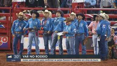 Juízes usam vídeo para confirmar se peões ficaram 8 segundos em cima do touro em Barretos - Nesta quarta-feira são definidos os finalistas da competição.