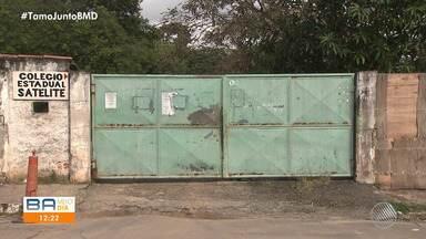 Muro que cerca escola pública está escorado com madeira e com acesso aberto, em Piatã - Situação deixa pais e alunos preocupados com a insegurança.