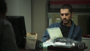 Um policial descobre uma pista sobre o assassinato de Lucas - Ele encontra um fio de cabelo junto com a bolsa que estava com o rapaz