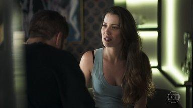 Fabiana fala mal de Agno para Rock e engana o namorado - Ex-noviça faz de tudo para evitar gravidez, mas finge para o namorado que quer ter um filho com ele