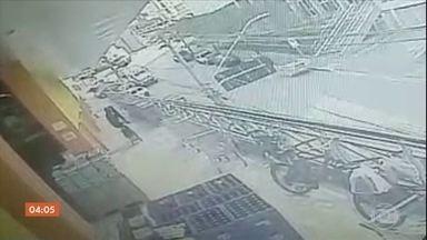 Polícia busca pistas de bandidos que assaltaram carro-forte na Grande São Paulo - O crime aconteceu em plena luz do dia, no momento em que seguranças iam abastecer caixas eletrônicos, em Osasco. Testemunhas chegaram a contar 30 disparos.