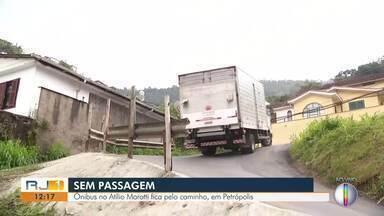 Ônibus no Atlílio Marotti, em Petrópolis, não atravessa bairro por causa das más condições - Caso tem acontecido desde novembro do ano passado, quando via do bairro cedeu.
