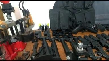 Polícia descobre oficina de armas dos traficantes em área residencial do Rio - Dois suspeitos foram presos em flagrante. Segundo a polícia, o armamento era vendido a traficantes de várias favelas do Rio.