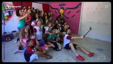 Léo Godoi transforma vidas através da arte - O jovem Léo Godoi é o nosso segundo personagem da série Engajadxs. Ele criou o projeto Rocinha em Cena, que leva amor e arte a crianças e jovens de uma grande comunidade no Rio de Janeiro.