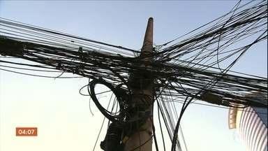 Empresa de distribuição de energia em SP é investigada por falta de manutenção em fiações - A Enel aluga o espaço nos postes para outras empresas, mas tem que zelar pela manutenção dos fios. A suspeita é que ela recebe o dinheiro do aluguel dos postes, mas não cuida da fiação.