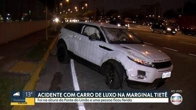 Carro de luxo capota na Marginal Tietê na madrugada desta sexta-feira (23). - Motorista, que não estava embriagado, foi encaminhado para delegacia por estar com a carteira vencida.
