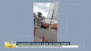 Caminhão invade casa em Pirituba - Motorista perdeu o controle depois que teve dificuladade para subir a rua.