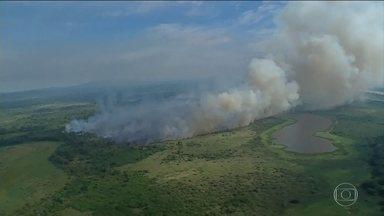 Bolsonaro convoca reunião de emergência para discutir as queimadas na Amazônia - O presidente Jair Bolsonaro convocou uma reunião de emergência, na noite de quinta-feira (22), para discutir os incêndios na Amazônia. Foi uma reação do governo brasileiro às críticas de líderes mundiais.