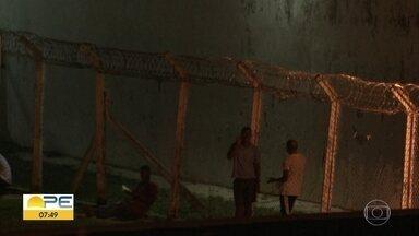 Vídeo mostra detento falando ao celular dentro de presídio em Itamaracá - No outro canto da imagem, um detento aparece sentado lendo um livro.