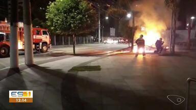Vendedor ambulante ajuda passageiros de carro que pegou fogo em Vitória - No carro estavam a motorista, o filho de 3 anos, um coleguinha de 4 anos e uma amiga. Eles seguiam para Vila Velha e iam pegar a Terceira Ponte.