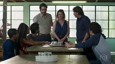 Faruq se despede do pessoal do Instituto Boas-Vindas - Bruno recebe uma ligação desesperada de Norberto e se preocupa