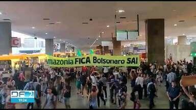 Manifestantes fazem ato em defesa da Amazônia - Eles ocuparam a Esplanada dos Ministérios e bloquearam parte do trânsito.