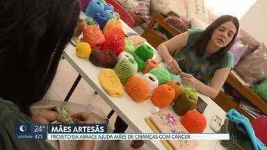 Projeto da Abrace ajuda no orçamento de mães de crianças com câncer - A maioria dessas mães precisa largar o emprego para cuidar do filho durante o tratamento. Hoje elas veem o artesanato como uma forma de se reinserir no mercado de trabalho.